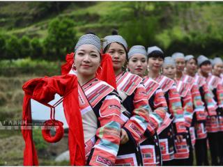 龙胜县:瑶族群众欢庆花炮节 上万名游客参与