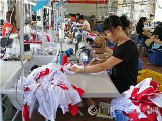 """宁明县:""""扶贫车间""""帮助贫困群众稳定就业持续增收"""