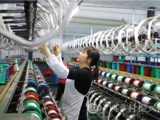 蒙山县:丝绸工人加紧生产