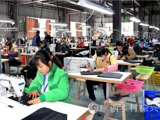 南丹县:贫困搬迁户家门口就业乐淘淘