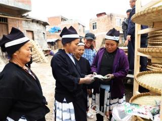 南丹县:送物资 送技术 致力保护白裤瑶有色茧文化