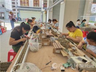 环江县:扶贫车间让搬迁群众楼上安家楼下就业