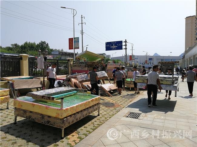 平桂区:贫困群众高高兴兴搬新家 喜气洋洋住新房