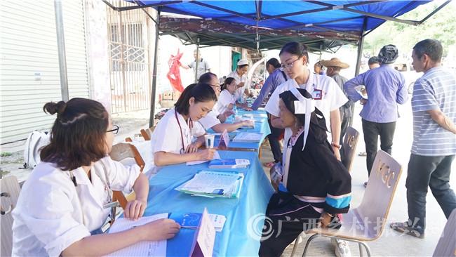 百色市人民医院:开展健康扶贫巡回医疗 解决山区群众看病难问题