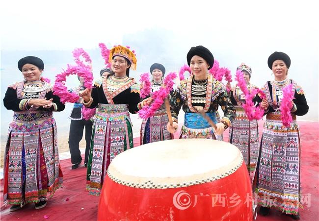 罗城县:瑶寨庙会欢腾庆丰收