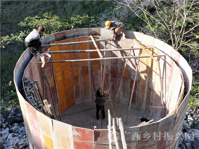 大化县:建家庭水柜 助群众脱贫