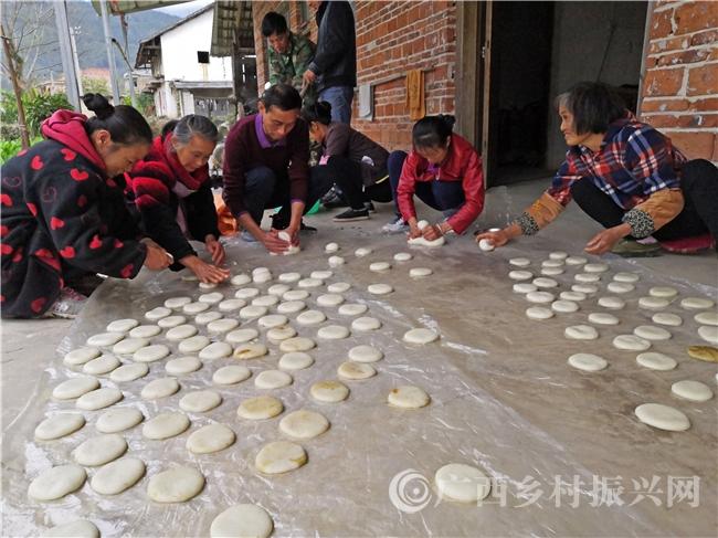恭城县:瑶胞糍粑香里说丰年