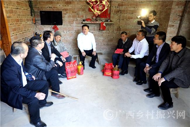贺州市长林冠到贫困村开展春节走访慰问