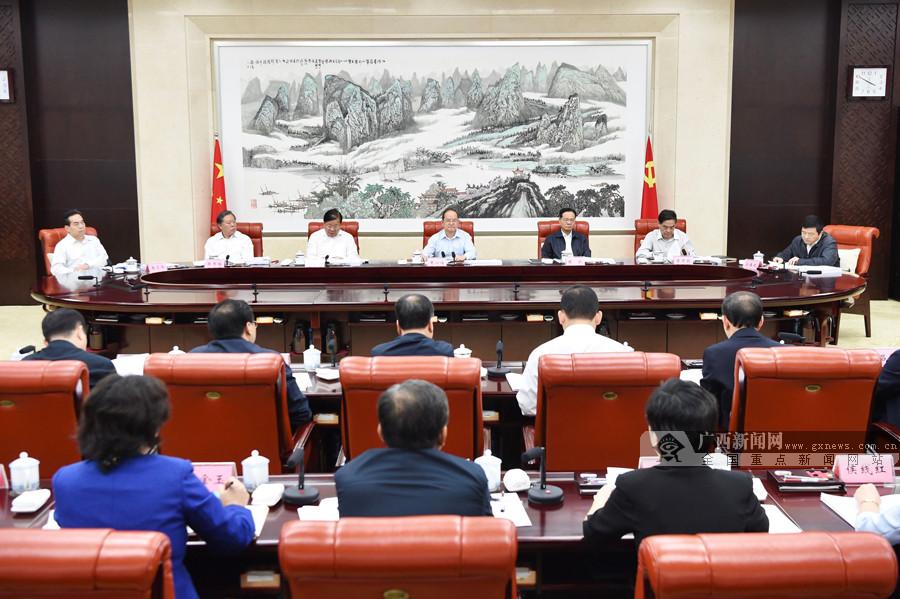 鹿心社主持召开自治区扶贫开发领导小组全体会议