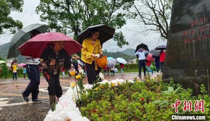 图为5月24日,民众在悼念袁隆平院士。  杨宗盛 摄